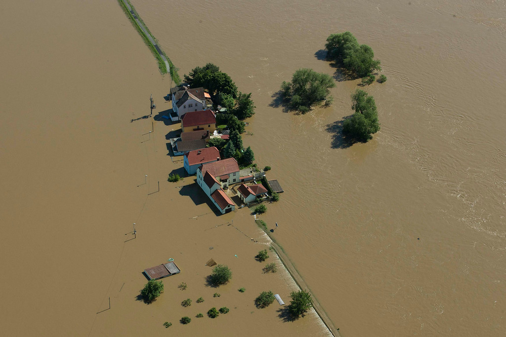 . Houses stand almost fully immersed in the water of the Elbe near the city of Meissen after the river broke its bank during a flood, June 5, 2013. REUTERS/Thomas Peter