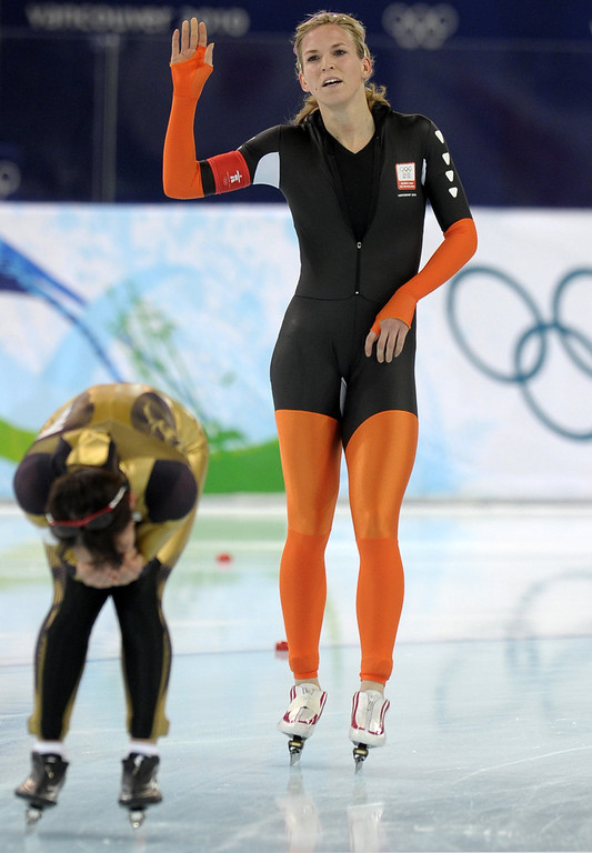 . Silver medallist, Netherlands\' Annette Gerritsen (R), reacts after performing with Japan\'s Sayuri Yoshi in the Ladies\' speedskating 1000m race at the Richmond Olympic Oval in Richmond outside Vancouver during the 2010 Winter Olympics on February 18, 2010. AFP PHOTO DDP DAVID HECKER