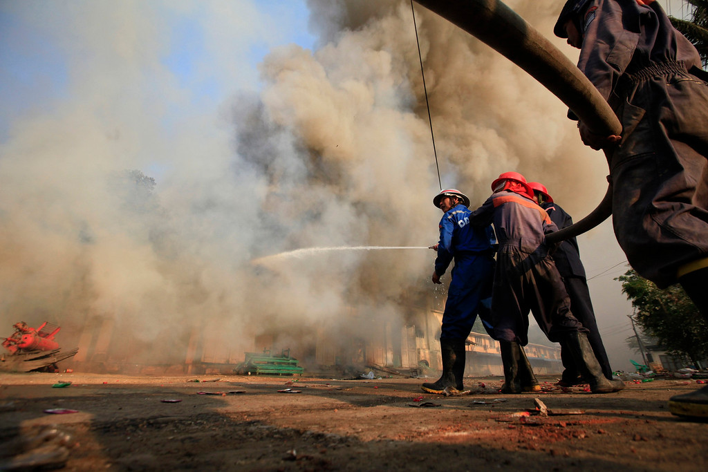 . Firemen attempt to extinguish a fire during riots in Meikhtila March 22, 2013.  REUTERS/Soe Zeya Tun