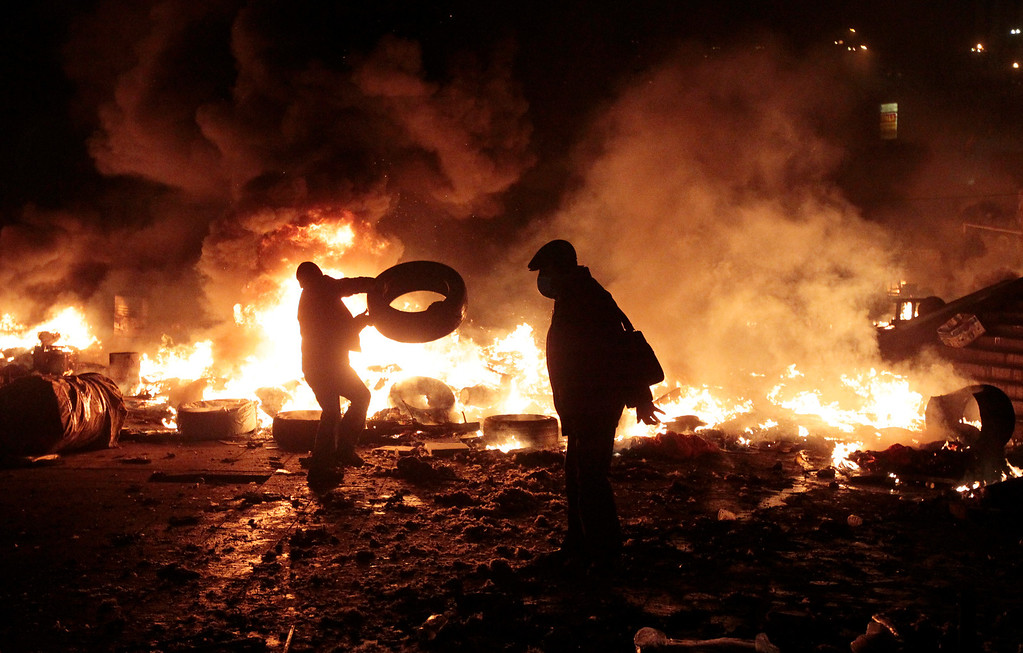 . Anti-government protesters clash with riot police in Kiev\'s Independence Square, the epicenter of the country\'s current unrest, Kiev, Ukraine, Tuesday, Feb. 18, 2014.  (AP Photo/Sergei Chuzavkov)