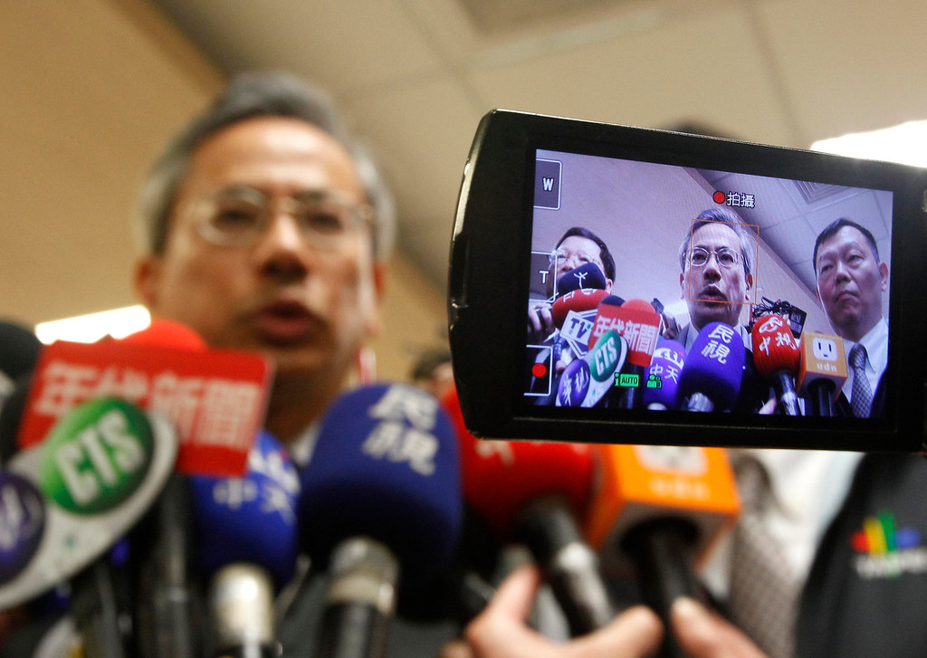 . Taiwan\'s Health Minister Chiu Wen-ta is seen on a video camera screen as he talks to reporters during an inspection of preparations for the H7N9 virus in Taipei City Hospital Heping Branch, April 6, 2013. The new strain of bird flu has infected 16 people in China, all in the east of the country. Six people have died, and the outbreak has spread concern overseas and sparked a sell-off in airline shares in Europe and Hong Kong. REUTERS/Pichi Chuang