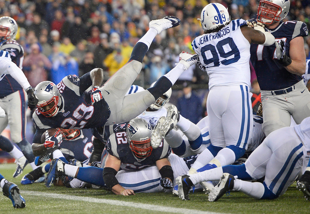. epa04016072 New England Patriots running back LeGarrette Blount (2-L) dives into the end zone for a touchdown in the second quarter of their AFC Divisional Playoff game at Gillette Stadium in Foxborough, Massachusetts, USA, 11 January 2014.  EPA/CJ GUNTHER