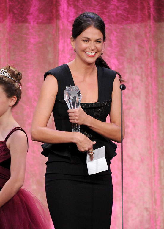 ". Sutton Foster accepts Thalo\'s inspiration award for ""Bunheads\"" at the Critics\' Choice Television Awards in the Beverly Hilton Hotel on Monday, June 10, 2013, in Beverly Hills, Calif. (Photo by Frank Micelotta/Invision/AP)"