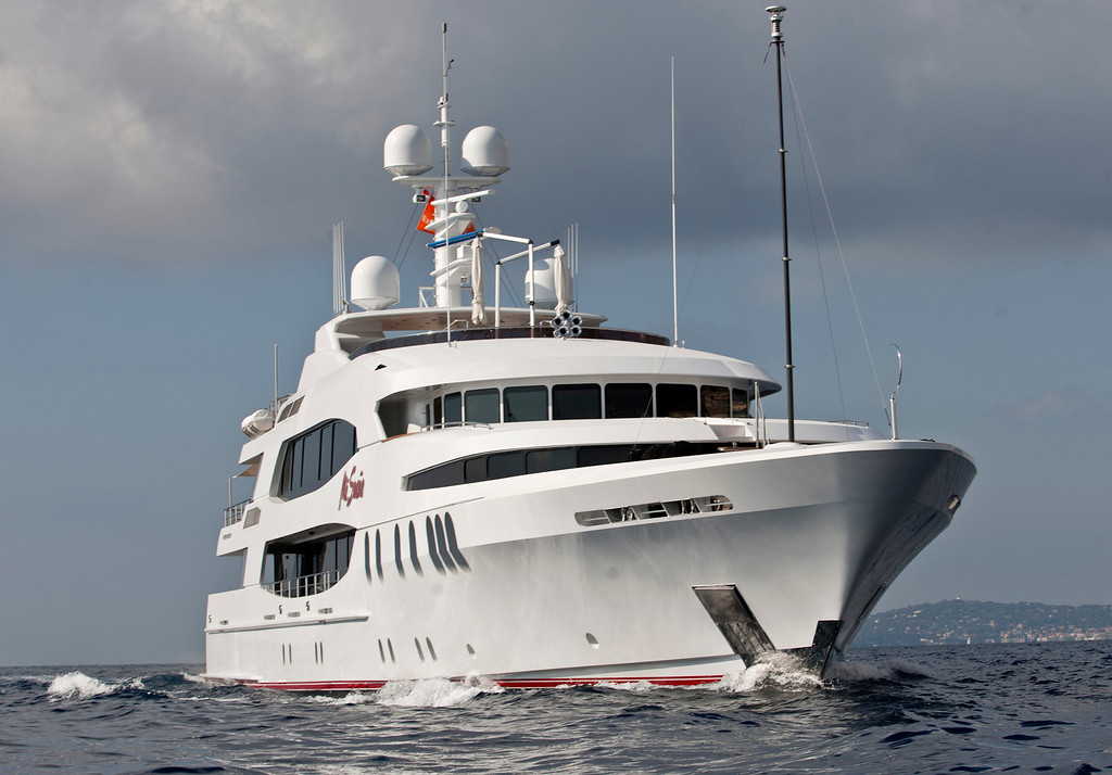 . The 190ft (57.9m) motor yacht Mi Sueno, manufactured by Trinity Yachts LLC, sails from the harbor in Nice, France, on Wednesday, Sept. 25, 2013. Over 100 of the world\'s luxury yachts will be displayed in Port Hercules during the 23rd Monaco Yacht Show which runs from Sept. 25 - 28. Photographer: Balint Porneczi/Bloomberg