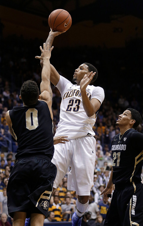 . California guard Allen Crabbe (23) shoots against Colorado guard Askia Booker (0) and forward Andre Roberson (21) during the second half of an NCAA college basketball game in Berkeley, Calif., Saturday, March 2, 2013. California won 62-46. (AP Photo/Jeff Chiu)