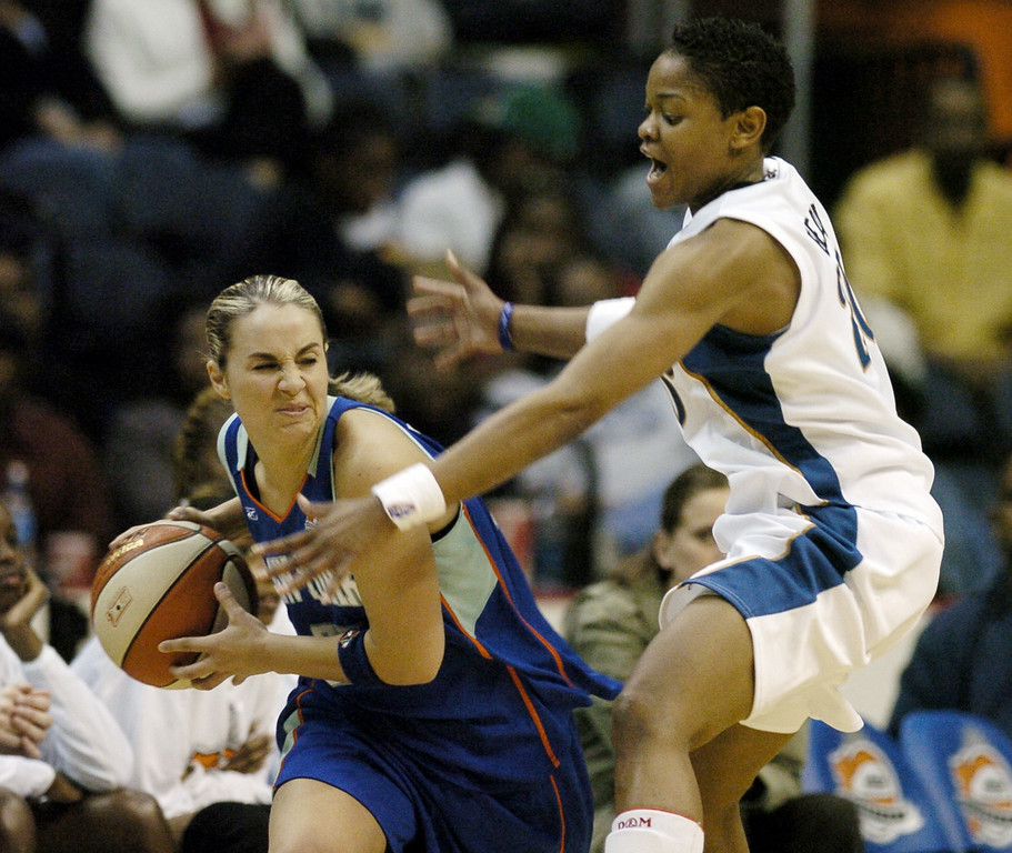 . Washington Mystics\' Alana Beard, right, pressures New York Liberty\'s Becky Hammon during the third quarter of a WNBA basketball game, Tuesday, May 23, 2006, in Washington. The Mystics won 95-60.(AP Photo/Nick Wass)