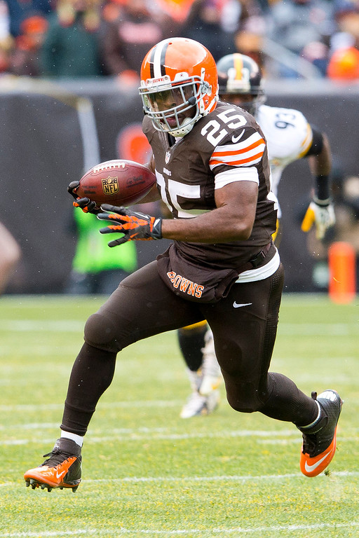 . Running back Chris Ogbonnaya #25 of the Cleveland Browns runs down field for a gain during the first half at FirstEnergy Stadium on November 24, 2013 in Cleveland, Ohio. (Photo by Jason Miller/Getty Images)