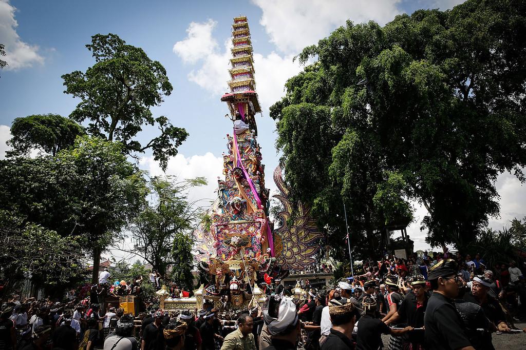 """. Ubud local carry the \""""Bade\"""" (body carrying tower) to a cemetery during the Royal cremation ceremony on November 1, 2013 in Ubud, Bali, Indonesia(Photo by Agung Parameswara/Getty Images)"""