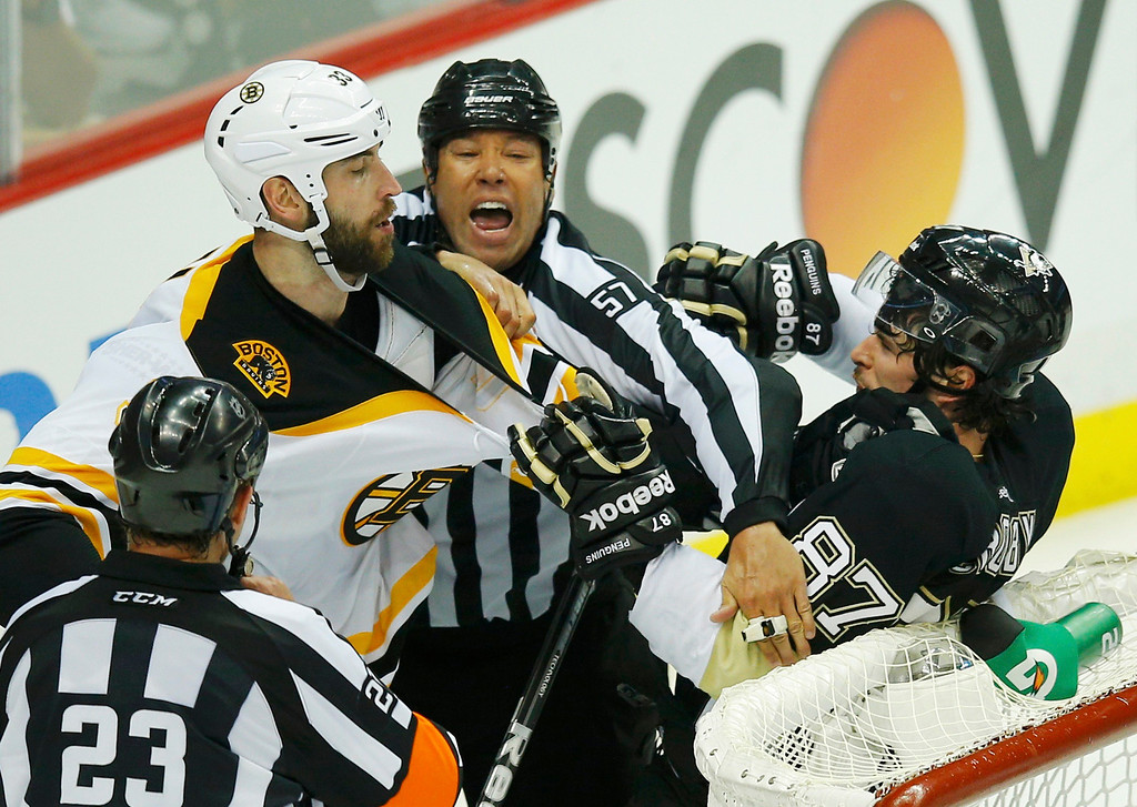 . Boston Bruins\' Zdeno Chara (L) tangles with Pittsburgh Penguins\' Sidney Crosby during the second period of Game 1 of their NHL Eastern Conference finals hockey playoff series in Pittsburgh, Pennsylvania June 1, 2013. REUTERS/Brian Snyder