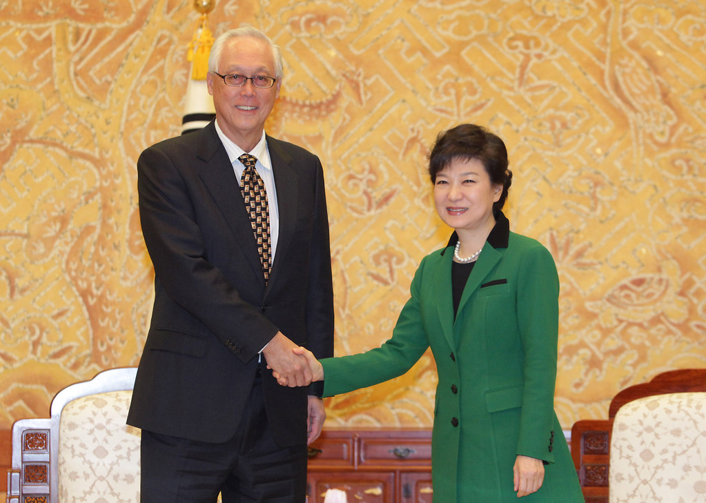 . South Korean President Park Geun-Hye shakes hands with Goh Chok Tong, Senior Minister and former Prime Minister of Singapore after inauguration ceremony at presidential house on February 25, 2013 in Seoul, South Korea.   (Photo by Chung Sung-Jun/Getty Images)