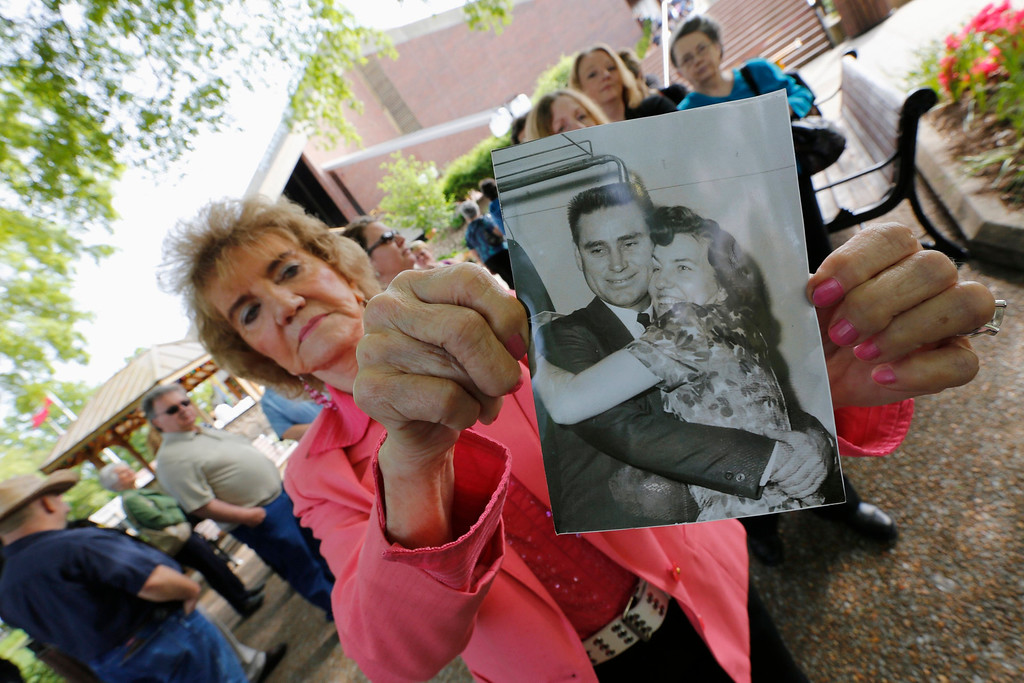 . Margie Lee shows a 1966 photo of her with country music legend George Jones during a public memorial service at the Grand Ole Opry House in Nashville, Tennessee, May 2, 2013. REUTERS/Harrison McClary