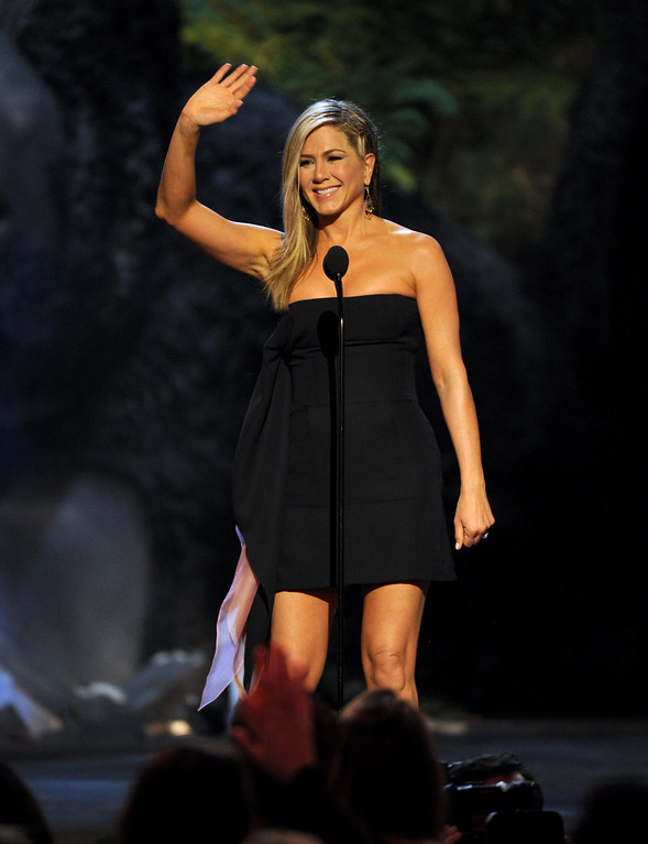 . Jennifer Aniston presents the award for funniest M.F. at Spike TV\'s Guys Choice Awards at Sony Pictures Studios on Saturday, June 8, 2013, in Culver City, Calif. (Photo by Frank Micelotta/Invision/AP)