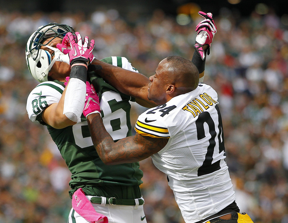 . Wide receiver David Nelson #86 of the New York Jets is shoved in the face by cornerback Ike Taylor #24 of the Pittsburgh Steelers in the second quarter during a game at MetLife Stadium on October 13, 2013 in East Rutherford, New Jersey. (Photo by Rich Schultz /Getty Images)