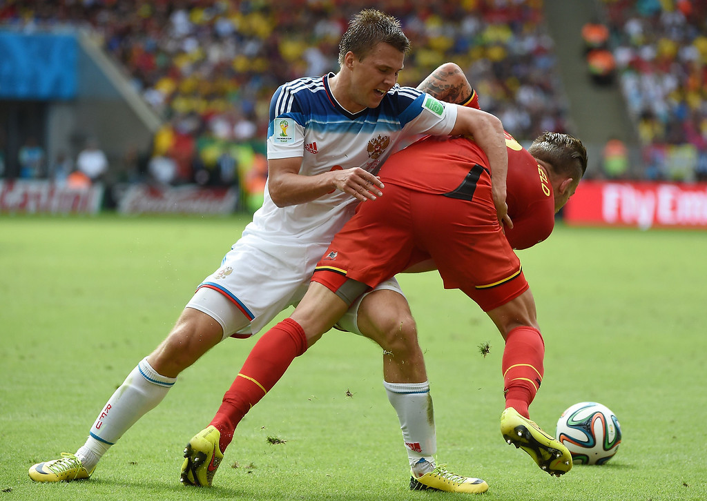 . Belgium\'s defender Toby Alderweireld (L) and Russia\'s midfielder Denis Glushakov vie for the ball during a Group H football match between Belgium and Russia at the Maracana Stadium in Rio de Janeiro during the 2014 FIFA World Cup on June 22, 2014.  AFP PHOTO / CHRISTOPHE SIMON