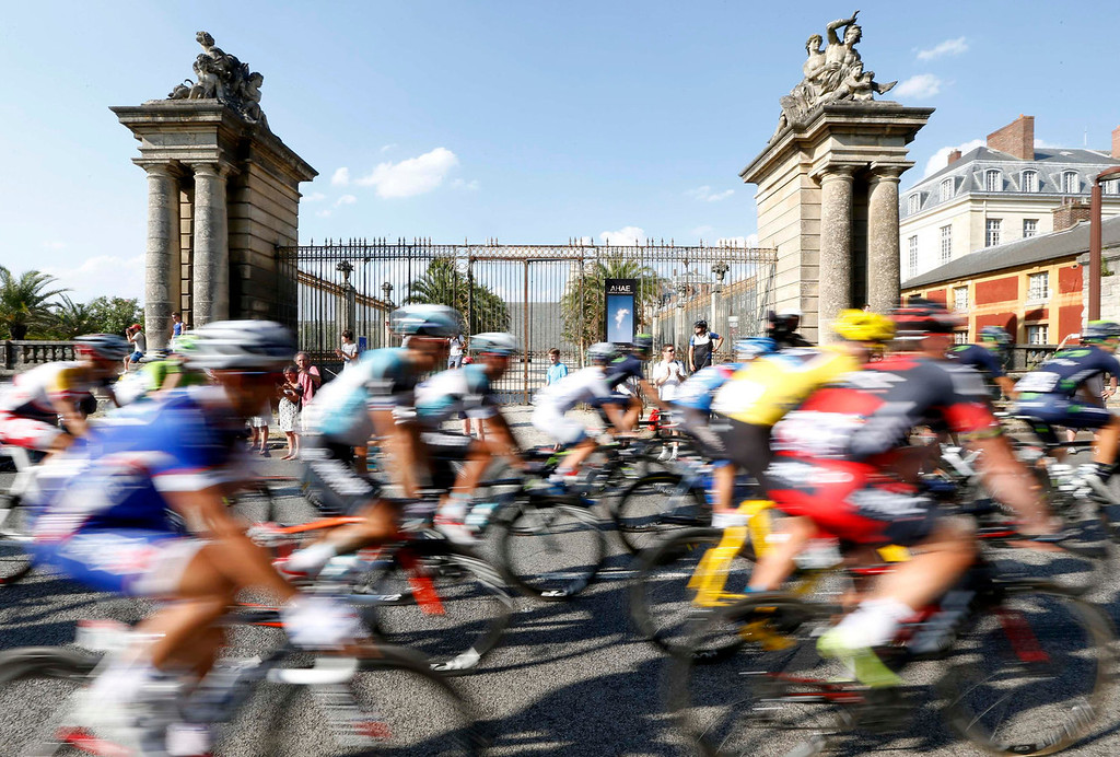 . The pack of riders cycles past the Chateau de Versailles (Versailles Palace) during the 133.5km final stage of the centenary Tour de France cycling race from Versailles to Paris Champs Elysees, July 21, 2013.  REUTERS/Jean-Paul Pelissier
