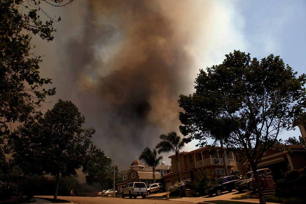 . Smoke from a fast moving brush fire billows in the Newbury Park area of Ventura County May 2, 2013.  REUTER/Patrick T. Fallon