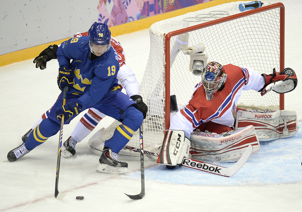 . Sweden\'s Nicklas Backstrom (L) attacks Czech Republic\'s goalkeeper Jakub Kovar during the Men\'s Ice Hockey Group B match Czech Republic vs Sweden at the Bolshoy Ice Dome on February 12, 2014 at the Sochi Winter Olympics in Sochi.   ALEXANDER NEMENOV/AFP/Getty Images