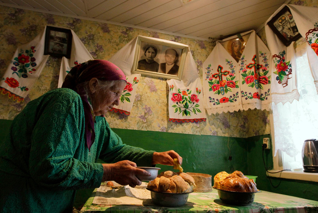 . Anastasia Litsvinko, 76, bakes cakes on the eve of Orthodox Easter in the village of Pogost, about 250 km (155 miles) south of Minsk, May 4, 2013. Orthodox believers mark Easter on Sunday. REUTERS/Vasily Fedosenko
