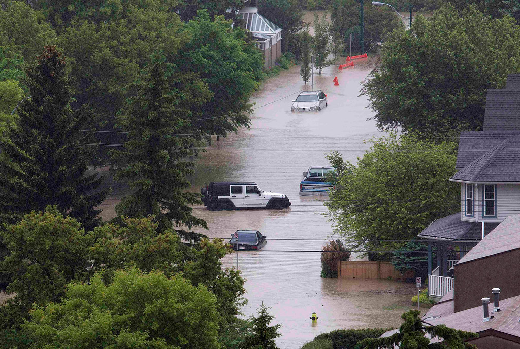 . Vehicles surrounded by floodwaters are seen in the neighborhood of Sunnyside in Calgary, Alberta June 21, 2013. REUTERS/Todd Korol