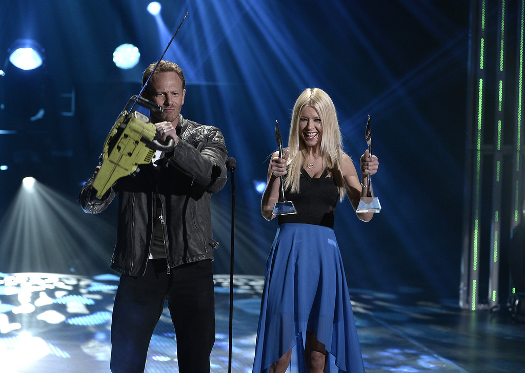. Honorees Ian Ziering (L) and Tara Ried accept the Internet Sensation Award onstage during CW Network\'s 2013 Young Hollywood Awards presented by Crest 3D White and SodaStream held at The Broad Stage on August 1, 2013 in Santa Monica, California.  (Photo by Kevin Winter/Getty Images for PMC)