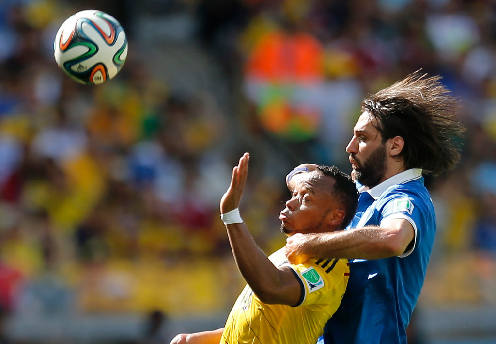 . Colombia\'s Juan Zuniga, left, and Greece\'s Giorgos Samaras battle for the ball during the group C World Cup soccer match between Colombia and Greece at the Mineirao Stadium in Belo Horizonte, Brazil, Saturday, June 14, 2014.  (AP Photo/Frank Augstein)