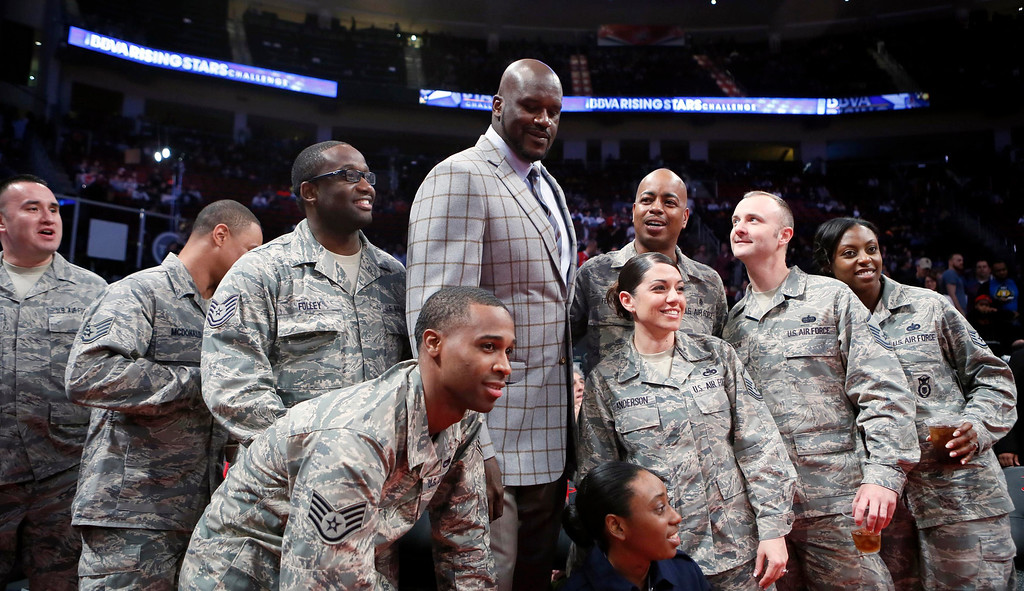 . NBA great Shaquille O\'Neal poses with U.S. military personnel before the start of the NBA BBVA Rising Star Challenge basketball game in Houston, Texas, February 15, 2013. REUTERS/Lucy Nicholson