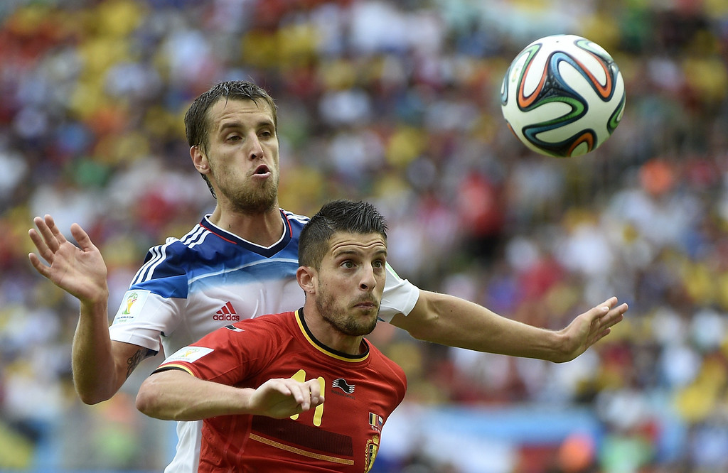 . Belgium\'s forward Kevin Mirallas (R) challenges Russia\'s defender Dmitry Kombarov during the Group H football match between Belgium and Russia at the Maracana Stadium in Rio de Janeiro during the 2014 FIFA World Cup on June 22, 2014. Belgium won 1-0. AFP PHOTO / MARTIN BUREAU