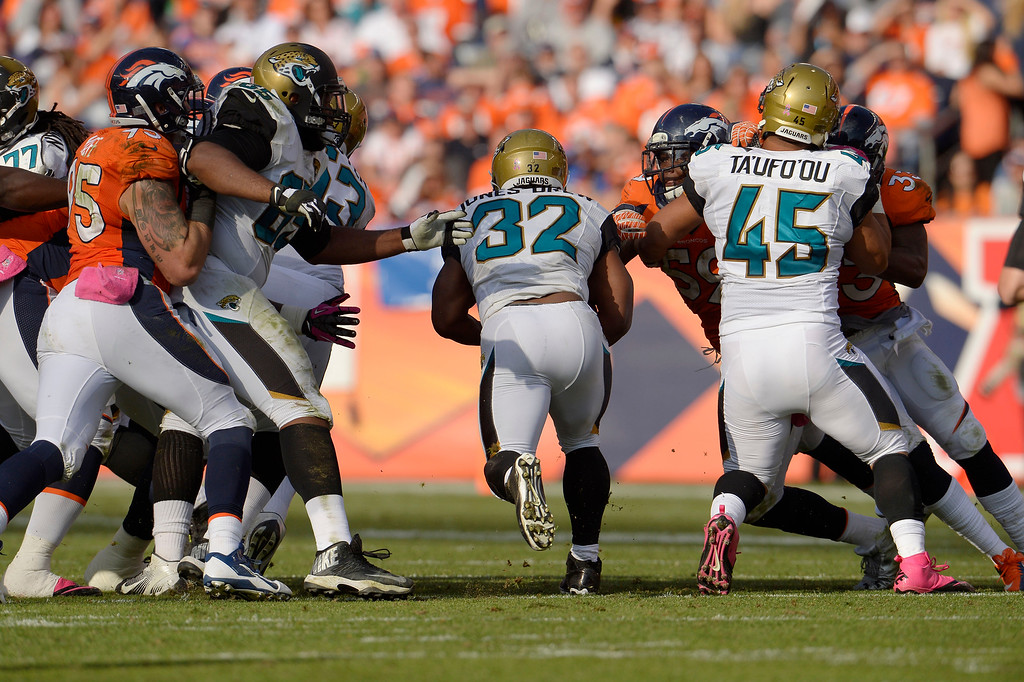 . Jacksonville Jaguars running back Maurice Jones-Drew (32) runs through a hole in the line in the third quarter. (Photo by Joe Amon/The Denver Post)