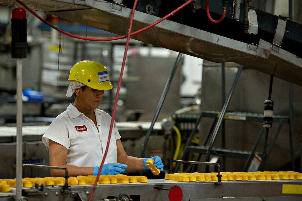 . An employee inspects freshly baked Hostess Brands LLC Twinkies snack cakes at the company\'s bakery in Schiller Park, Illinois, U.S., on Monday, July 15, 2013. Photographer: Daniel Acker/Bloomberg