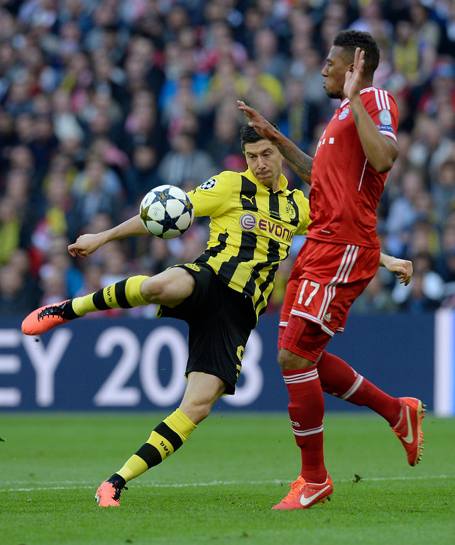. Borussia Dortmund\'s Polish striker Robert Lewandowski (L) vies with Bayern Munich\'s German defender Jerome Boateng (R) during the UEFA Champions League final football match between Borussia Dortmund and Bayern Munich at Wembley Stadium in London on May 25, 2013  CHRISTOF STACHE/AFP/Getty Images