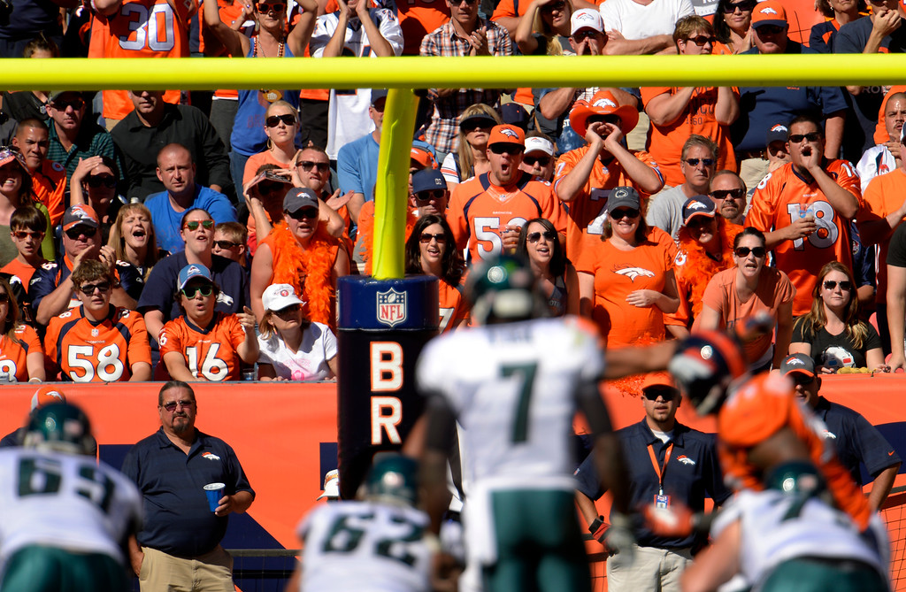 . Denver Broncos fans welcome Philadelphia Eagles quarterback Michael Vick (7) during the first quarter.  (Photo by Joe Amon/The Denver Post)