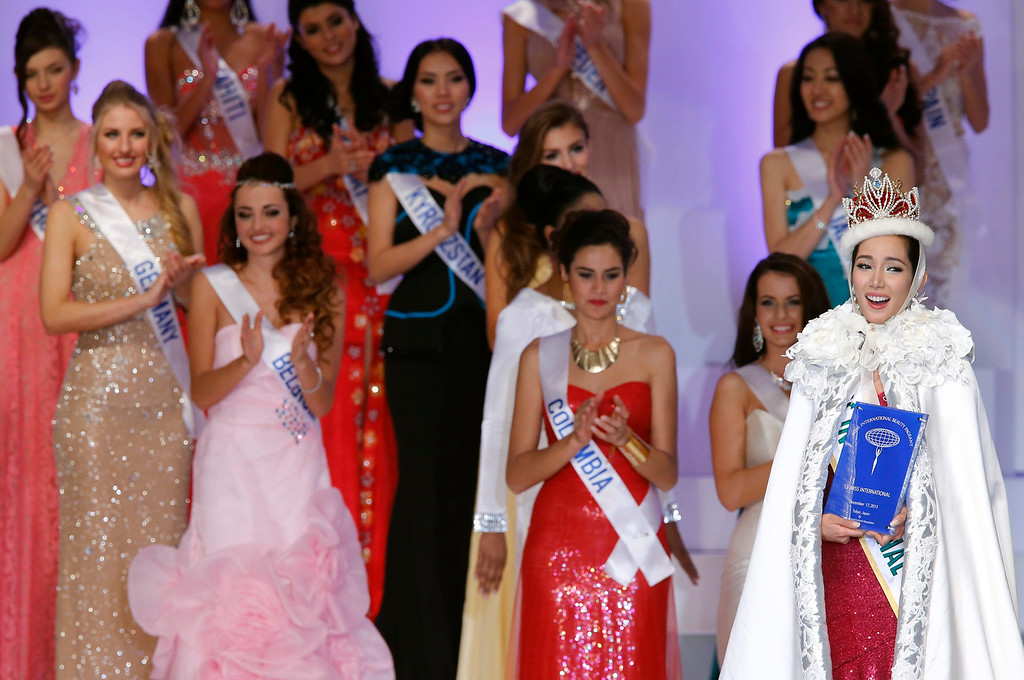 . Miss Philippines Bea Rose Santiago (R) is celebrated by other participants after she won the 2013 Miss International title at the beauty pageant in Tokyo, Japan, 17 December 2013.  EPA/KIMIMASA MAYAMA