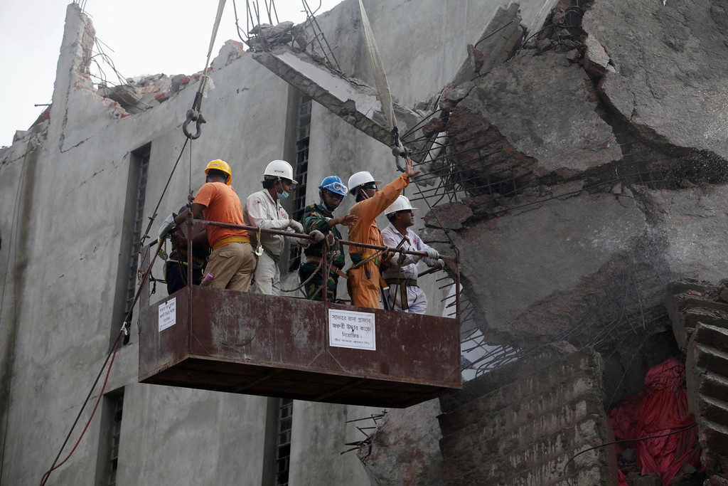 . Rescue workers attempt to find survivors from the rubble of the collapsed Rana Plaza building in Savar, 30 km (19 miles) outside Dhaka April 30, 2013.  REUTERS/Khurshed Rinku