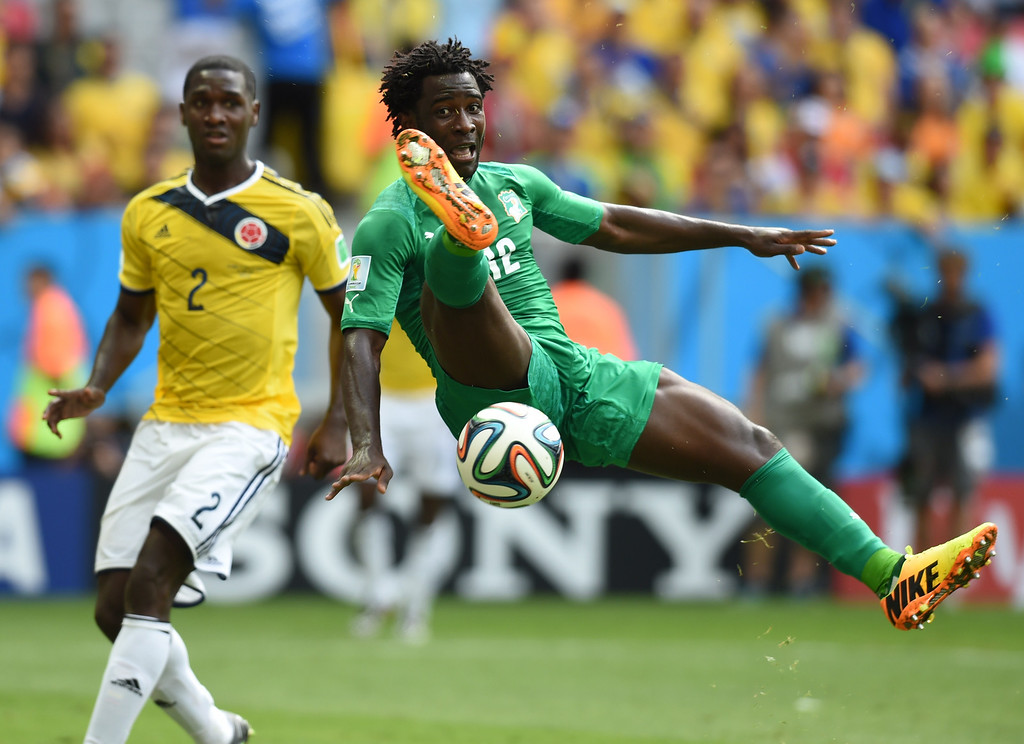 . Ivory Coast\'s forward Wilfried Bony (R) challenges Colombia\'s defender Cristian Zapata during the Group C football match between Colombia and Ivory Coast at the Mane Garrincha National Stadium in Brasilia during the 2014 FIFA World Cup on June 19, 2014.  AFP PHOTO / PEDRO UGARTE/AFP/Getty Images