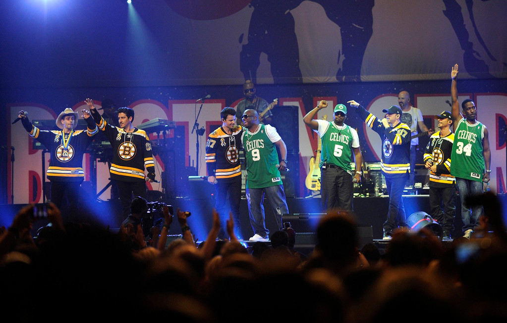 . Dressed in Boston Bruins\' jerseys, The New Kids on the Block, take the stage with Boyz II Men, dressed in Celtics jerseys, during the Boston Strong benefit concert at the Boston TD Garden in Boston, Thursday, May 30, 2013. REUTERS/Gretchen Ertl