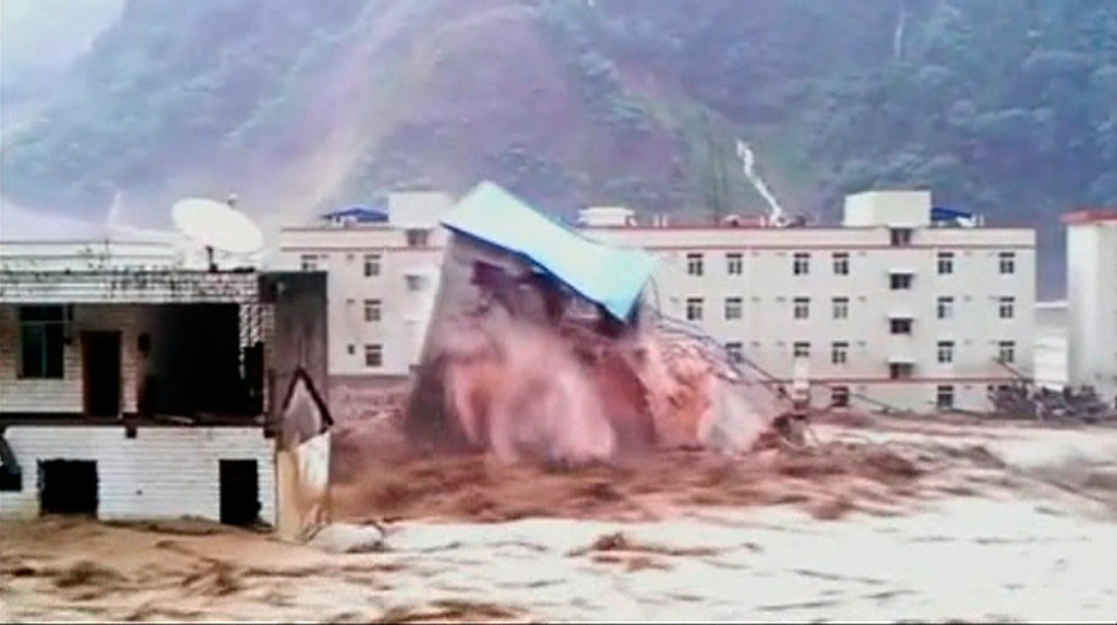 . A building collapses amid floodwaters caused by torrential rain in Deyang City, Shifang County, Sichuan Province, July 9, 2013 in this still image taken from video. Floods caused by heavy rains swept away houses and bridges in China\'s southwest Sichuan Province, state media reported. Video shot on July 9, 2013.  REUTERS/CCTV via Reuters TV