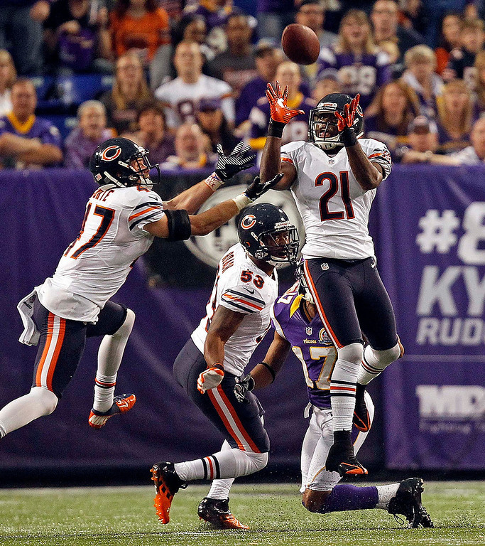 . Chicago Bears safety Major Wright (21) intercepts a pass intended for Minnesota Vikings receiver Jarius Wright during the first half of their NFL football game in Minneapolis, December 9, 2012. REUTERS/Eric Miller