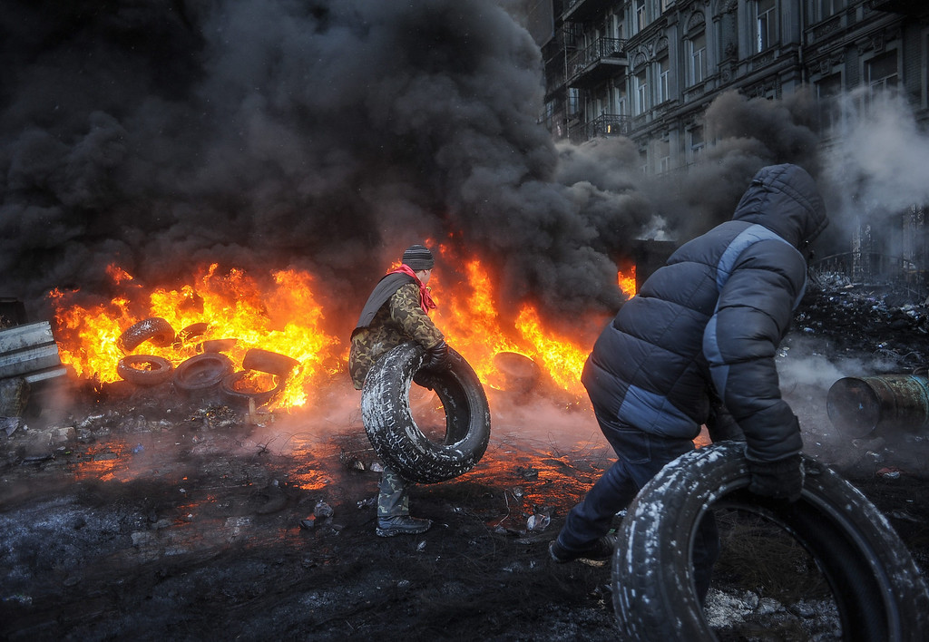 . Protesters burn tires as they clash with riot police during an anti-government protest in downtown Kiev, Ukraine, 23 January 2014.   EPA/ROMAN PILIPEY
