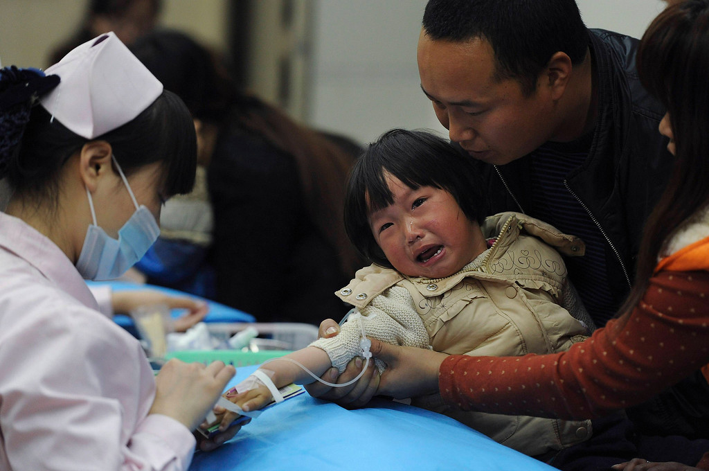 . A child with the flu receives treatment at a hospital in Hefei, Anhui province April 5, 2013. Chinese authorities were slaughtering birds at a poultry market in the financial hub Shanghai as the death toll from a new strain of bird flu mounted to six on Friday, spreading concern overseas and sparking a sell-off on Hong Kong\'s share market. According to Xinhua News Agency, east China\'s Zhejiang Province on Friday morning reported that a man has died from the H7N9 bird flu, bringing the death toll from the new deadly strain to six in the country. REUTERS/Stringer