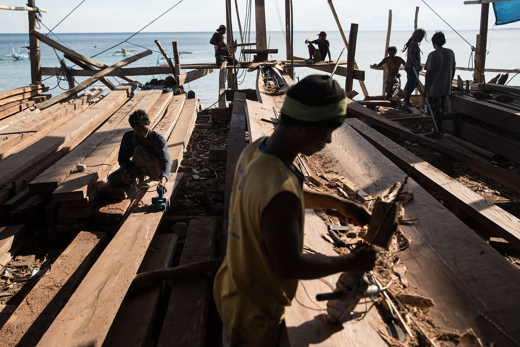 . Buginese men work on the frames of phinisi at Tanah Beru Beach on May 2, 2014 in Bulukumba, South Sulawesi, Indonesia.  (Photo by Agung Parameswara/Getty Images)