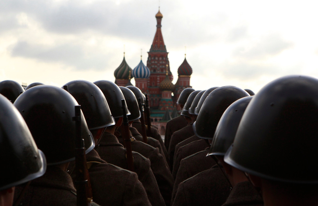 . Russian servicemen, dressed in historical uniform, take part in a military parade rehearsal in Red Square, with St. Basil\'s Cathedral seen in the background, in Moscow November 5, 2012. The parade will be held on November 7 to mark the anniversary of a historical parade in 1941 when Soviet soldiers marched through Red Square towards the front lines at World War Two. REUTERS/Sergei Karpukhin