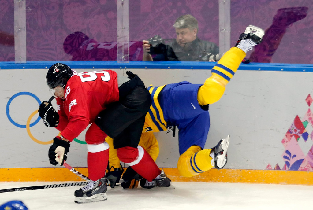 . Patrik Berglund (R) of Sweden fights for the puck with Switzerland\'s Damien Brunner (L) during the Men\'s Preliminary Round Group C match between Sweden and Switzerland at the Bolshoy Ice Dome in the Ice Hockey tournament at the Sochi 2014 Olympic Games in Sochi, Russia, 14 February 2014.  EPA/ANATOLY MALTSEV