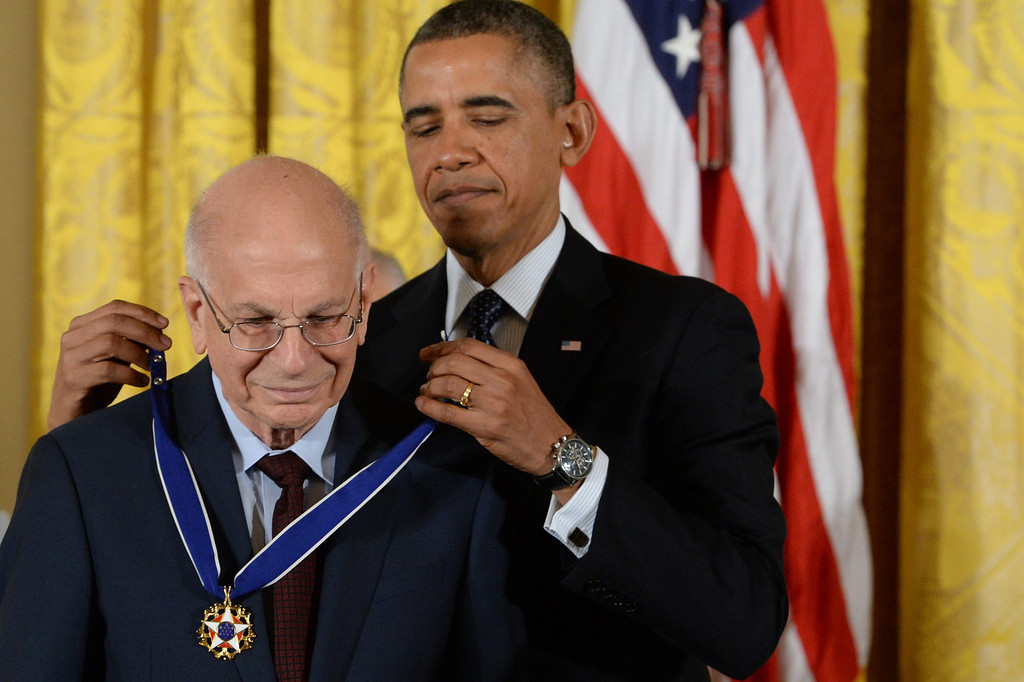 . Israeli-American psychologist Daniel Kahneman (L) is awarded the Presidential Medal of Freedom by US President Barack Obama (R), in the East Room of the White House in Washington DC, USA, 20 November 2013.   EPA/MICHAEL REYNOLDS