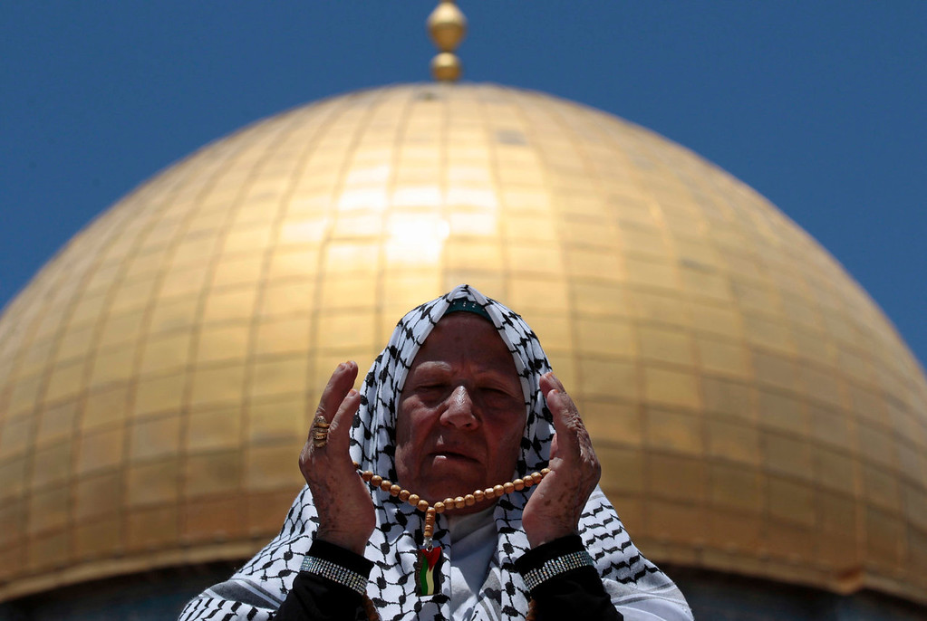 . A Palestinian worshipper prays in front of the Dome of the Rock on the compound known to Muslims as Noble Sanctuary and to Jews as Temple Mount in Jerusalem\'s Old City, during the holy month of Ramadan July 26, 2013. REUTERS/Ammar Awad