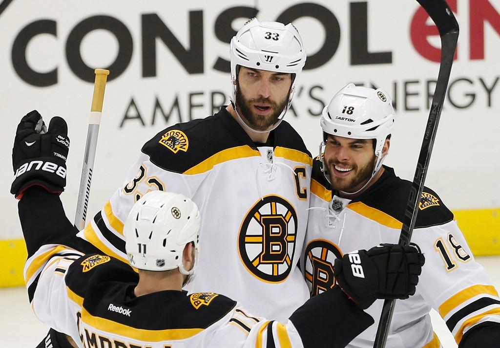 . Boston Bruins\' Nathan Horton (R) celebrates his goal with teammates Zdeno Chara (C) and Gregory Campbell against the Pittsburgh Penguins during the third period of Game 1 of their NHL Eastern Conference finals hockey series in Pittsburgh, Pennsylvania June 1, 2013.  REUTERS/Jason Cohn