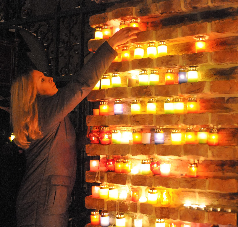 . Ukrainians light candles during mourning ceremony for Sergey Nigoyan memory in west Ukrainian city of Lviv, 22 January 2014. Sergey Nigoyan was killed by sniper on the morning of 22 January 2014 in Kiev.  EPA/MARKIIAN LYSEIKO