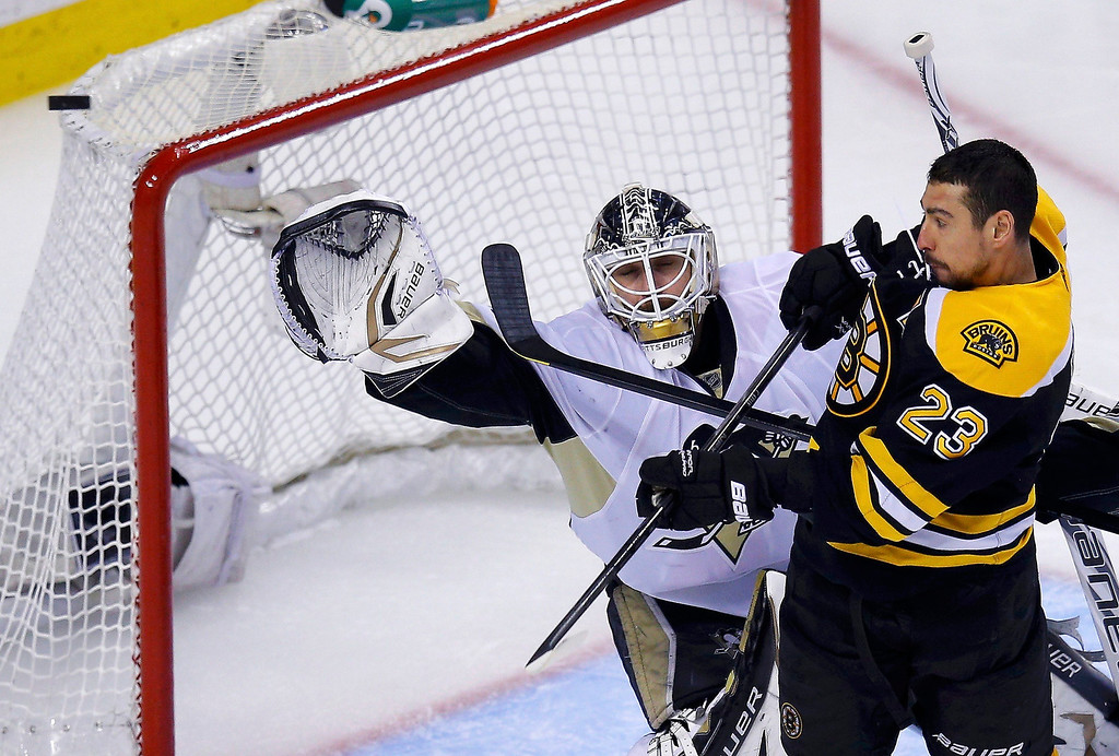 . Pittsburgh Penguins goalie Tomas Vokoun (L) makes a save as Boston Bruins\' Chris Kelly attempts to screen him during overtime in Game 3 of their NHL Eastern Conference finals hockey playoff series in Boston, Massachusetts, June 5, 2013. REUTERS/Brian Snyder