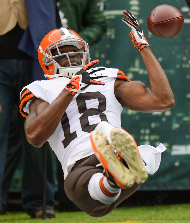 . EAST RUTHERFORD, NJ - DECEMBER 22:  Wide receiver Greg Little #18 of the Cleveland Browns can\'t come down with a catch in the end zone during the first half against the New York Jets at MetLife Stadium on December 22, 2013 in East Rutherford, New Jersey. (Photo by Ron Antonelli/Getty Images)