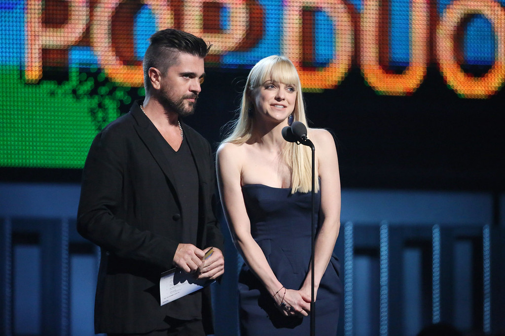 . Colombian singer Juanes, left, and Anna Faris present the award for best pop duo/group performance at the 56th annual Grammy Awards at Staples Center on Sunday, Jan. 26, 2014, in Los Angeles. (Photo by Matt Sayles/Invision/AP)