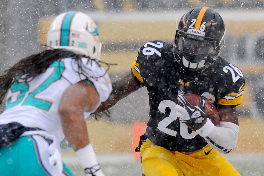 . Pittsburgh Steelers running back Le\'Veon Bell (26) carries the ball during the first quarter of an NFL football game against the Miami Dolphins in Pittsburgh, Sunday, Dec. 8, 2013. (AP Photo/Don Wright)